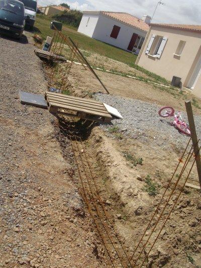 les fouilles, ont pose les semelles a béton, pour acceuillir le béton des fondations.