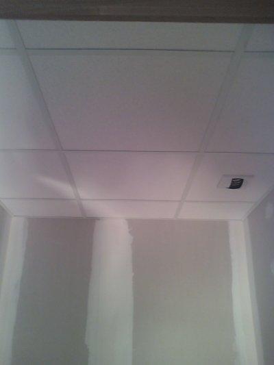 le placo, et un plafond suspendu