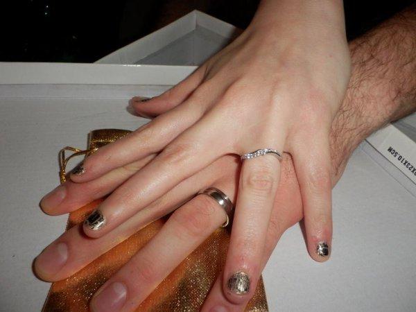 On vous annonce que moi et mon chéri allons nous dire oui main dans la main au mois de aout 2014   c'es trop le bonheur <3