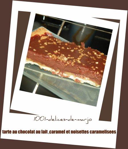 tarte au chocolat au lait posée sur son caramel beurre salé et noisettes caramélisées