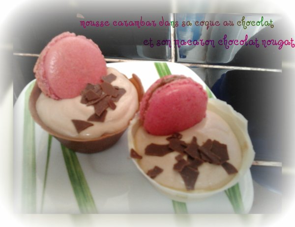mousse au carambar dans sa coque en chocolat et son macaron choco-nougat