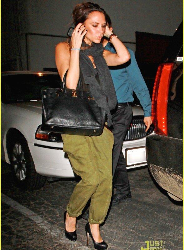 Victoria Beckham décontractée et chic à la sortie du restaurant Matsuhisa !