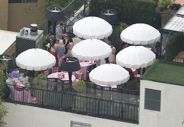 Victoria Beckham et ses amis, réunis pour une Baby Shower toute rose !