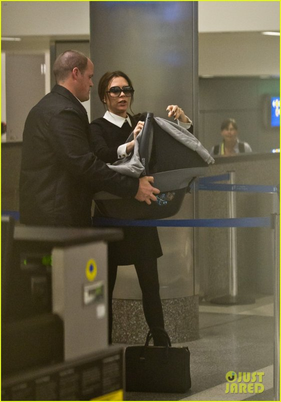 VICTORIA BECKHAM - BACK IN L.A. - 18.02.2012