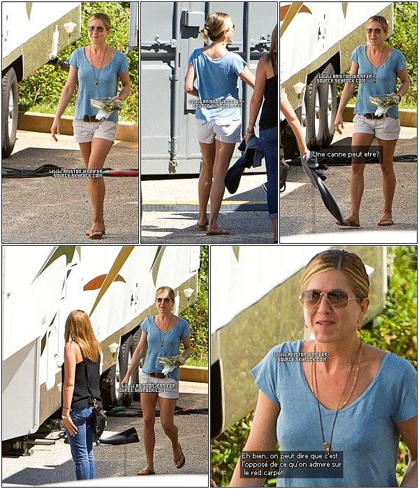 . Le 13/09/10, Jennifer Aniston  de sortie à Atlanta (Georgia) durant une petite pause après le tournage. Que dire de plus à part : Quelle coup de vieux! .