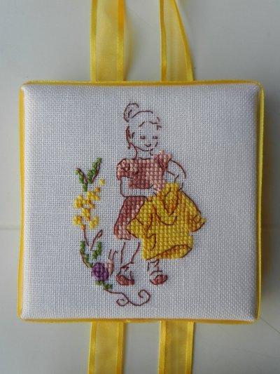 La petite fille à l'imperméable jaune.