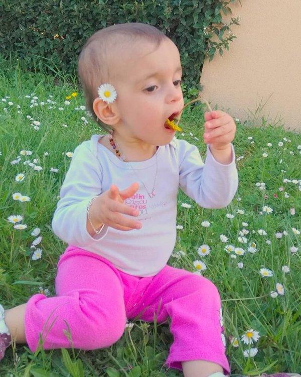 Syana qui mange les fleurs dehors alala lol ♥