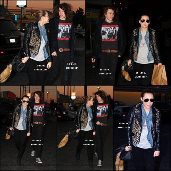 10. 02. 11 Notre mouche, alias Miley, était de sortie à Toluca Lake avec son frère Braison. Selon le site Wikipédia, Miley et Justin Bieber présenteraient les Teen Choice Awards, en aout. Intox ?