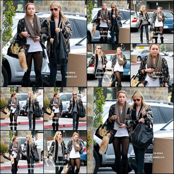 15/02/11 Miley Cyrus et sa mère allant déjeuner chez Bea Bea's à Burbank : L.A .