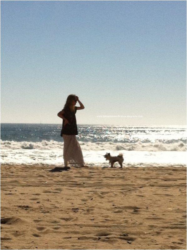 Nouvelles photos persos de Gillian et son chien Coyote à la plage.