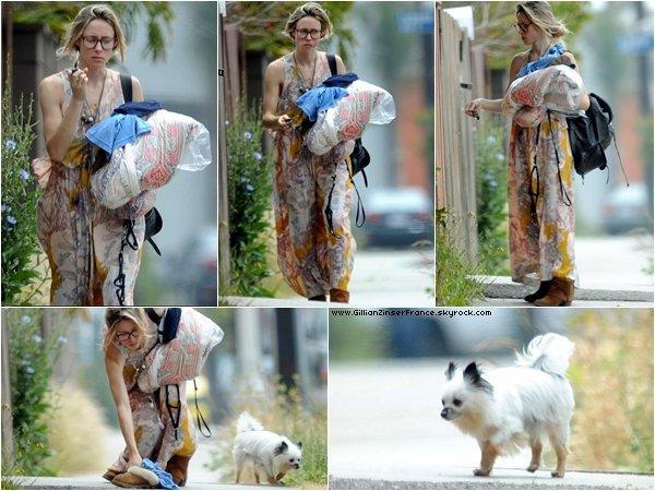 06 mai : Gillian rentrant à son appartement avec son chien Coyote.