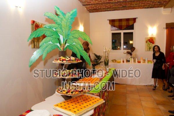 Présentoir cocotier avec tartes exotiques