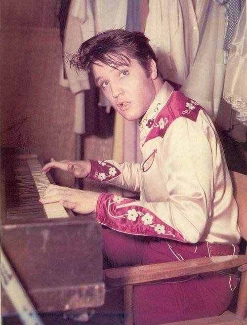"ELVIS LE KING ,""LOVE ME TENDER"", JE L'ADORE."