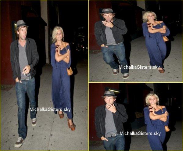 """09/07/11 : Alyson a été aperçue quittant le """"Théâtre Coronet"""" (Los Angeles) au coté de son ami Joel Moore !"""