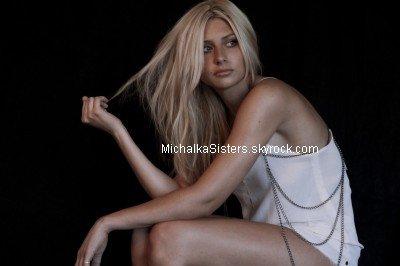 04/08/11 : Aly a été aperçue sortant du Beverly (L.A) en compagnie de Joel Moore + Le photographe Tyler Williams Parker a posté une photo d'un photoshoot d'Aly !