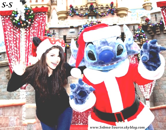 .. Selena pose avec Stich pour de jolies photos de noël (Anaheim, Californie) ..