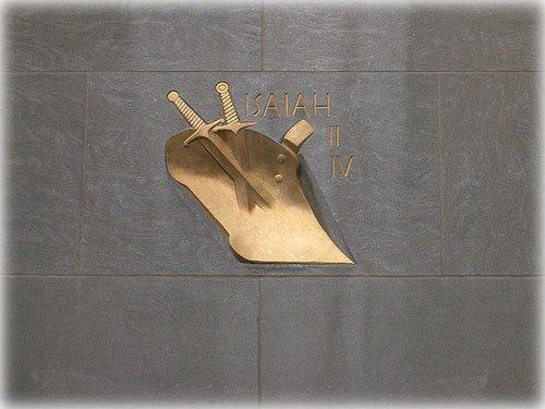 Rockefeller Center: Épées transformées en socs de charrue