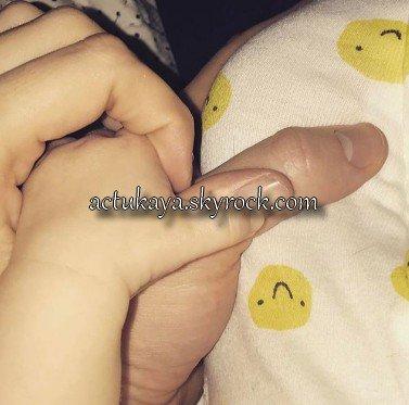 13.02.2017 - Poste instagram avec les mains de Kaya, Benjamin et leur bébé.