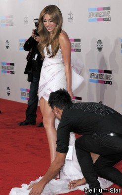 Miley Cyrus à la cérémonie des American Music Awards. Miley était carrement SUBLIME mis à part quelques petits soucis avec sa LONGUE robe !