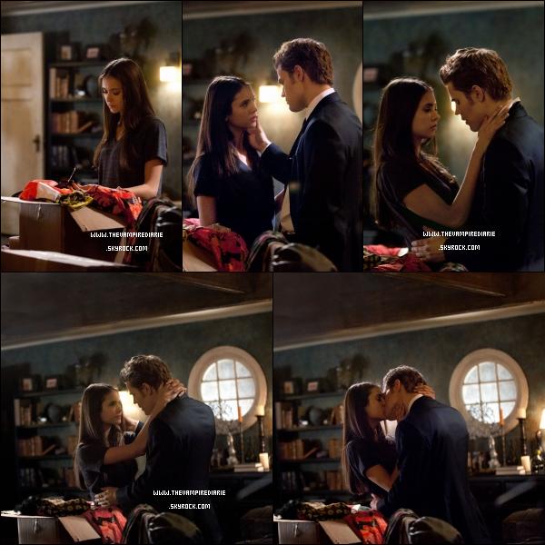 . NEWS | Nouveaux stills de l'épisode 2x18 «The Last Dance». Qu'en pensez-vous ?. + Synopsis de cet épisode, diffusion le 14 avril :DANSE AVEC DANGER – Alors que le lycée se prépare à lancer la « Dance de la décennie des années 60 », Elena commence à recevoir des messages inquiétants de Klaus via une source inhabituelle. Bonnie tente de rassurer Jeremy sur le fait qu'elle est assez forte pour protéger Elena mais, inquiet, Jeremy demande l'avis de Stefan. Caroline demande à Matt de l'emmener à la fête. S'attendant à ce que Kaus se montre à la soirée, Damon et Alaric y assistent en tant que spectateurs mais Klaus joue à un jeu dangereux qui les laisse sur leurs gardes. Enfin, Damon arrive avec un nouveau plan d'action qui choque et bouleverse tout le monde.  .