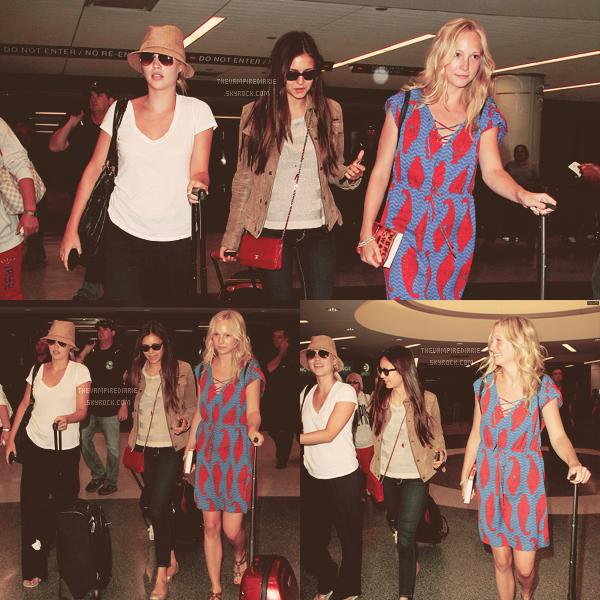 CANDID - 6 juillet 2012 | Nina & Candice, complices et souriantes, étaient à l'aéroport LAX de L.A. On retrouve à leurs côtés Claire mais aussi Michael, Joseph & Zach. Donc le tournage de la saison 4 a bel et bien démarré !