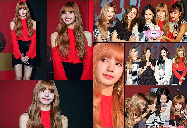 . 18/09/2018: Notre Lalisa, ainsi que le reste des membres, était présente à l'évènement de « Kit Kat », au Japon.Les filles ont participé à l'événement pour fêter les 45 ans de la marque de chocolat « Kit Kat ». Le rouge est vraiment la couleur de Lisa.   .