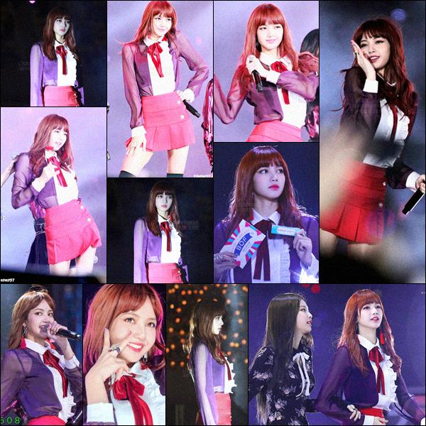 . 22/10/2017: Notre belle Lisa , avec le reste des BlackPink, a performé au festival « Busan One Asia », en Corée.Je ne suis pas fan de sa tenue mais elle reste quand même mignonne et je suis pour les cheveux un peu bouclés. Une poupée humaine!  .