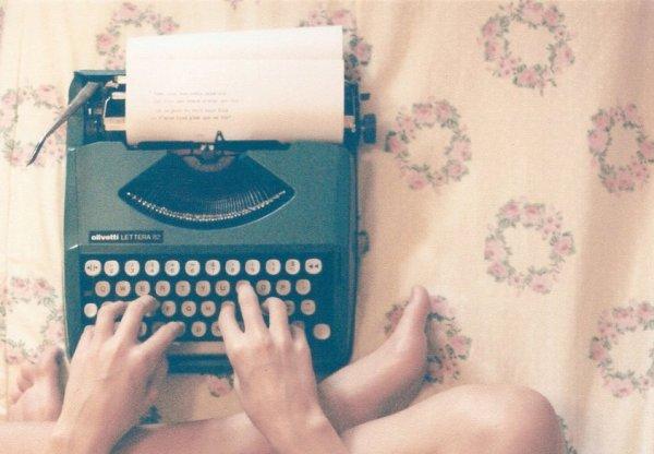 Écrire, c'est aussi ne pas parler. C'est se taire. C'est hurler sans bruit. -Marguerite Duras