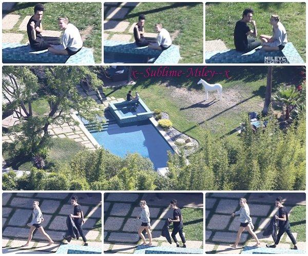 30 oct 2013 - Se relaxe au bord d'une piscine avec un ami à Hollywood