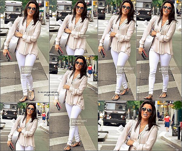 • 15 Juin 2o15 •  - New-York, Etats-Unis. 🚶 Eva a été vue dans les « Rues de West Village ». Tenue: Lunettes Ray-Ban à 15o¤.