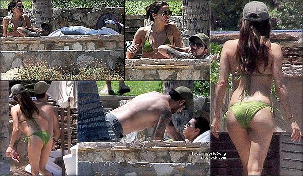 • 23 Avril 2o11 •  - Los Cabos, Mexique. 👙 Eva & Eduardo ont été vus au « Bord d'une Piscine ».  Tenue: Lunettes Tiffany&Co.