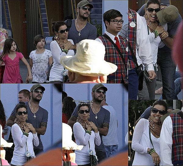🎂 Eva est allée fêter son anniversaire à Disneyland avec Eduardo et sa famille.  15 Mars 2o11, Anaheim - Etats-Unis. Tenue: Eva porte des Lunettes Tom Ford à 165¤ & un Pantalon Adriano Goldschmied à 300¤.
