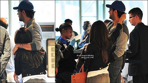 • o8 Juin 2o11 •  - Los Angeles, Etats-Unis. ✈️ Plus tard, Eva & Eduardo ont été vus à « LAX Airport ».  Tenue: T-Shirt Nation Tripoli, Pantalon JBrand à 17o¤, Sac Hermès à 185oo¤ & Sac Coach à 655¤.