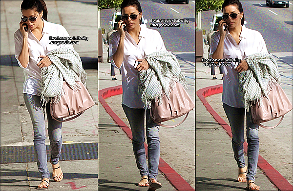 • o5 Mars 2o12 •  - Anaheim, Etats-Unis. 🚶 Eva a été vue « Arrivant à Anaheim ».  Tenue: Pull Sanctuary, Sac Valentino Rossi à 955¤  & Escarpins Christian Louboutin à 45o¤.