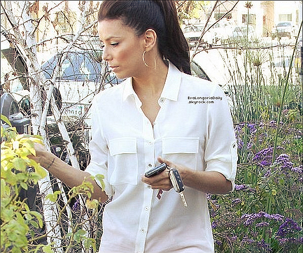 • 14 Mars 2o12 •  - Beverly Hills, Etats-Unis. 🍴 Eva est allée dîner au « Cut Steakhouse Restaurant ».  Tenue: Sac Valentino Rossi à 955¤ & Escarpins Bottega Veneta à 61o¤.