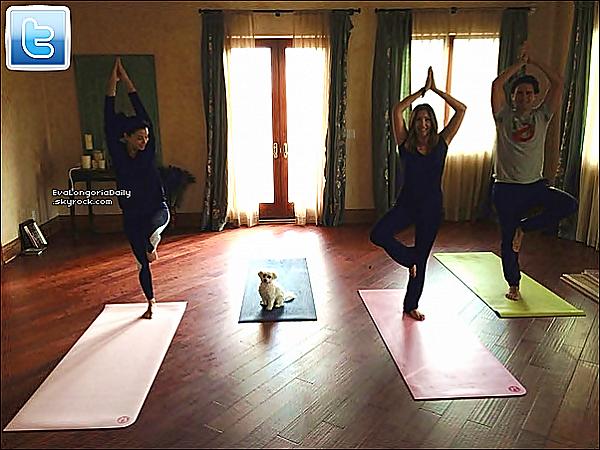 • 1o Janvier 2o13 •  - Los Angeles, Etats-Unis. 📷 Eva a posté une « Photo d'Elle » en train de faire du Yoga avec Maria & Nicolas.