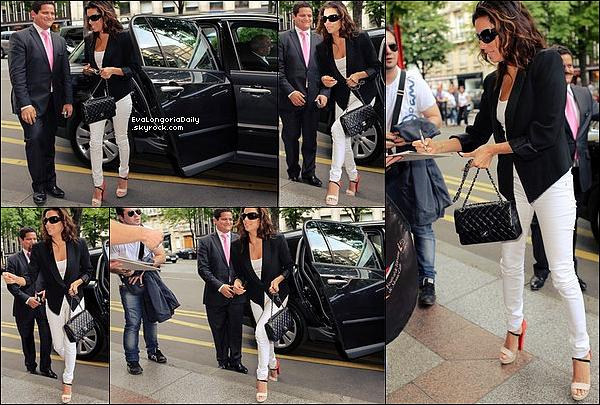 🚶 Un peu plus tard, Eva est arrivée à L'Hôtel Four Seasons George V. 27 Mai 2012. Paris - France. Tenue: Eva porte des Lunettes Chanel à 330¤, un Sac Chanel à 3300¤ un Jeans Rag&Bone à 175¤ & des Escarpins Christian Louboutin à 940¤.