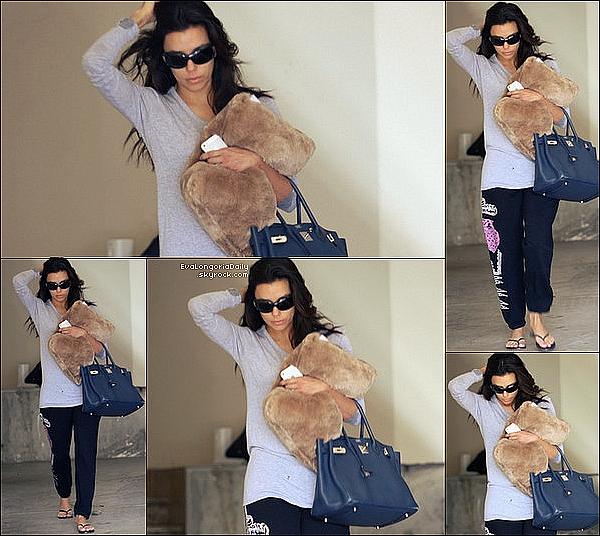 💇 Eva est allée au Ken Paves Salon. 16 Janvier 2013. Beverly Hills - Etats-Unis. Tenue: Eva porte un Pull Iris von Arnim, un Sac Hermès à 4995¤ & des Escarpins Brian Atwood à 280¤.