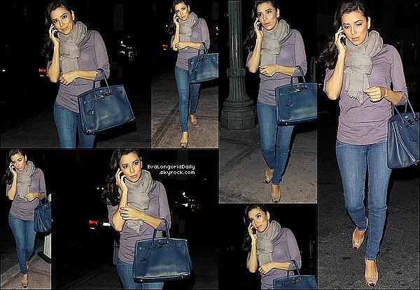 • 25 Janvier 2o13 •  - Los Angeles, Etats-Unis. 🚶 Eva a été vue dans les « Rues de Los Angeles ».  Tenue: Lunettes Ray-Ban à 13o¤, Veste Lauren Moshi & Pochettes Yves Saint-Laurent.