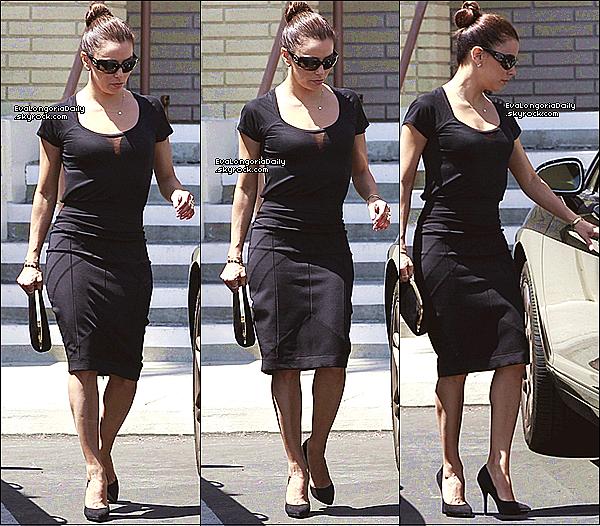 • 24 Août 2o13 •  - La Mirada, Etats-Unis. ⚱ Puis, Eva est allée à « L'Enterrement » de la tante d'Alina Peralta.  Tenue: Lunettes Chanel à 33o¤.