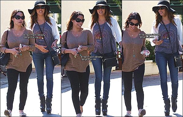 • 15 Octobre 2o13 •  - West Hollywood, Etats-Unis. 🍴 Puis, Eva est allée déjeuner au « Cafe Med Restaurant » avec Maria, Nicolas & Alina.  Tenue: Sac Victoria Beckham.