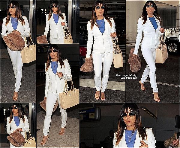 • 21 Mars 2o14 •  - Los Angeles, Etats-Unis. ✈️ Enfin, Eva a été vue à « LAX Airport ».  Tenue: Lunettes Ray-Ban à 15o¤ & Sac Chanel.