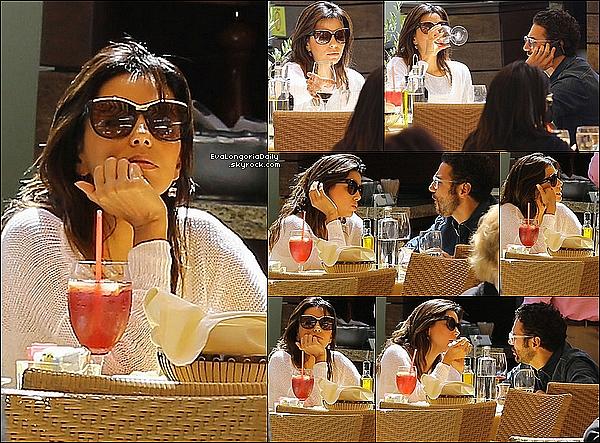 🏬  Enfin, Eva & Jose Antonio sont allés faire du shopping.  23 Mai 2014, Malibu, Etats-Unis. Tenue: Eva porte des Lunettes Gucci à 225¤, un Sac Chanel à 1690¤ & des Tongs Chanel.