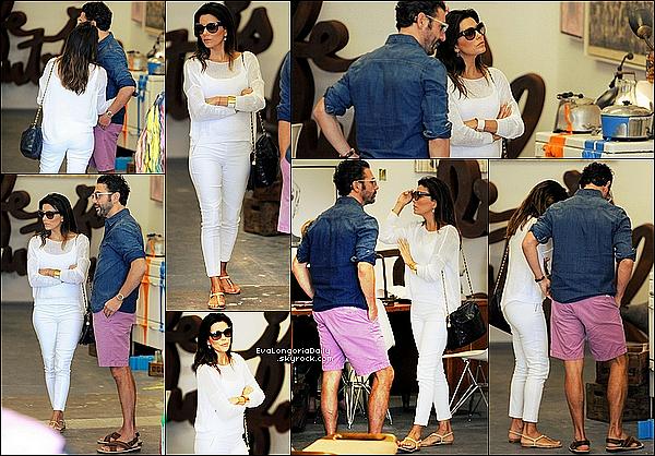 • 23 Mai 2o14 •  - Malibu, Etats-Unis. 🛍️ Enfin, Eva & Pepe sont allés « Faire du Shopping ».  Tenue: Lunettes Gucci à 225¤, Sac Chanel & Sandales Chanel.