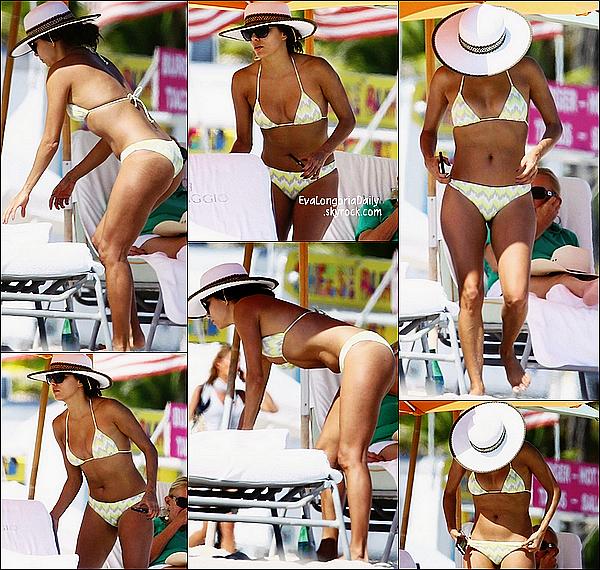🌴 Eva a été vue sur la plage privée de l'hôtel IL Villaggio.   08 Novembre 2014. Miami - Etats-Unis.