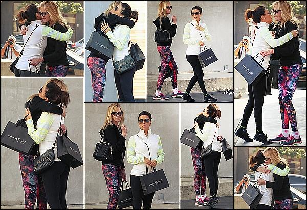 🏬 Eva & son amie Mélanie Griffith sont ensuite allées faire du shopping à Maxfield Store. o3 Février 2015. Los Angeles, Etats-Unis. Tenue: Eva porte des Lunettes Ray-Ban à 150¤, une Vestes Nike, un Sac Balenciaga à 595¤ & des Baskets Nike.