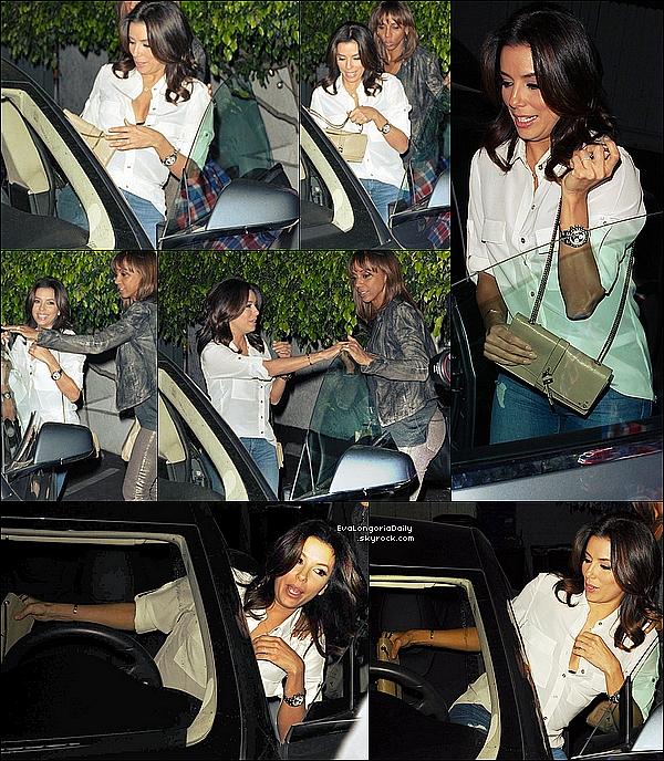 🍴 Eva est allée dîner à Giorgio Baldi Restaurant avec Chaz Dean & Holly Robinson Peete, où elle a rencontré Orlando Bloom qui dînait lui aussi au même endroit par hasard.  1o Février 2015. Santa Monica, États-Unis. Tenue: Eva porte une Pochette Chloé à 835¤.