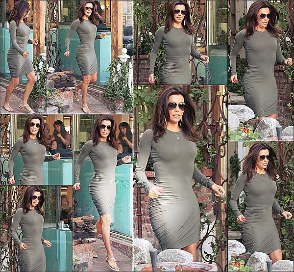 💇 Eva est allée au Ken Paves Salon. o4 Mars 2015. Beverly Hills, États-Unis. Tenue: Eva porte des Lunettes Ray-Ban à 150¤, un Sac Coach à 280¤ & des Sandales Chanel.