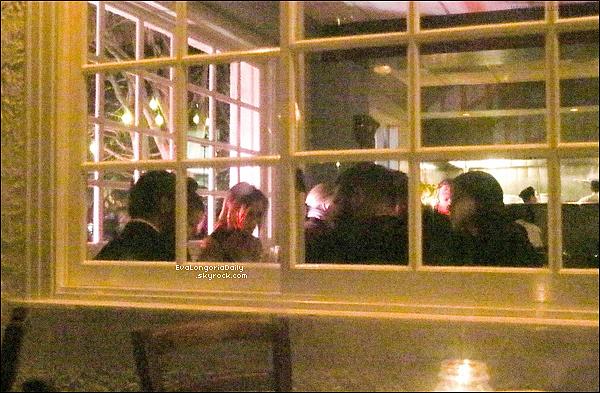 🍴 Eva & Pepe Baston sont allés dîner à Giorgio Baldi Restaurant avec David & Victoria Beckham.  o2 Avril 2015. Santa Monica, États-Unis. Tenue: Eva porte une Robe Roland Mouret à 1950¤, une Pochette Jimmy Choo & des Escarpins Alexandre Birman à 580¤.