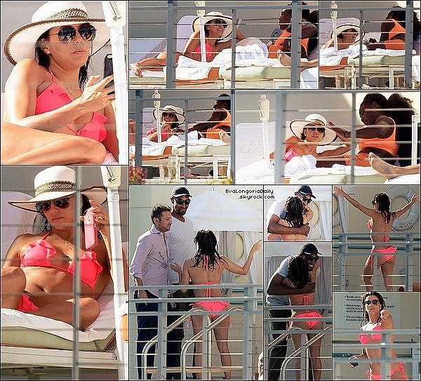 • o5 Avril 2o15 •  - Santa Monica, Etats-Unis. 👙 Eva, Pepe & des amis tels que Serena Williams ou Scottie Pippen ont été vus à la piscine de l'hôtel « Il Villaggio ». Tenue: Lunettes Victoria Beckham à 445¤ & Tongs Reef à 65¤.